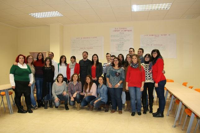 Fotografía de familia de autoridades, organizadores y participantes en la I Lanzadera de Empleo de Puertollano. / D. R.