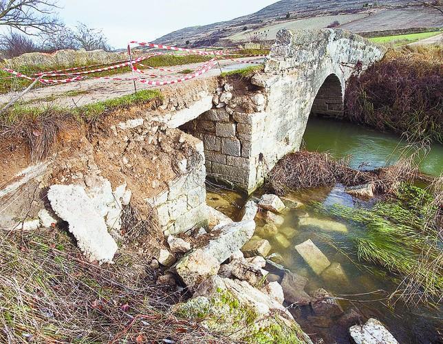 Los desperfectos son considerables en buen parte del pretil, cuyas piedras permanecen en el río.  Diario de Burgos