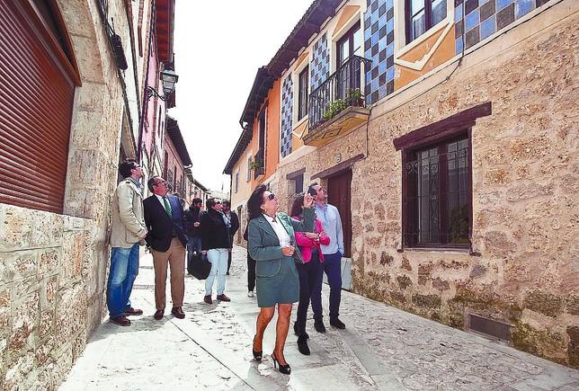 La alcaldesa, equipo técnico y el delegado territorial de la Junta, en una de las visitadas a las obras del ARI. Tomás Alonso