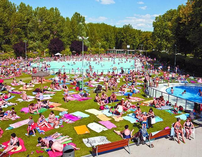 El mal tiempo resta usuarios a las piscinas for Piscinas el plantio burgos
