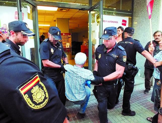 La pah denuncia al banco popular por estafa tras 10 horas for Oficina policia nacional