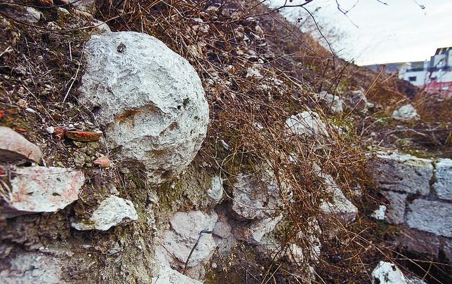 En la imagen se aprecia el proyectil de piedra empotrado en la muralla. Jesús Javier Matías