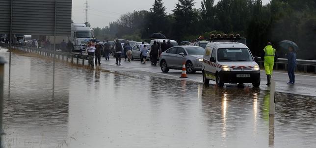 Una tromba de agua obliga a cerrar la Autovía de Castilla al tráfico