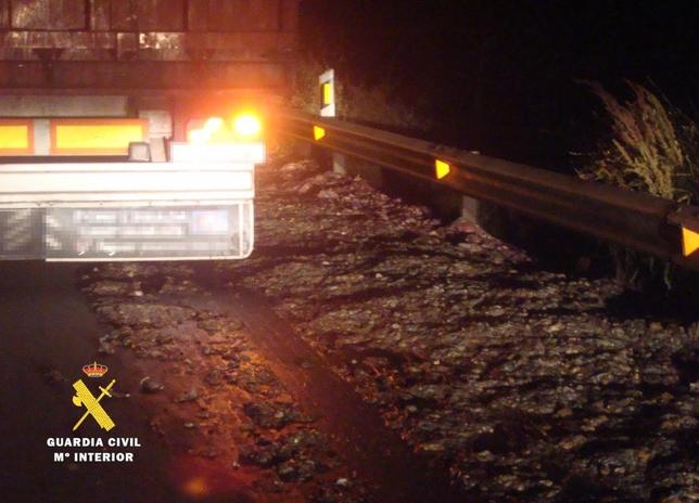 Tres conductores imputados por derramar sustancias peligrosas sobre la N-120