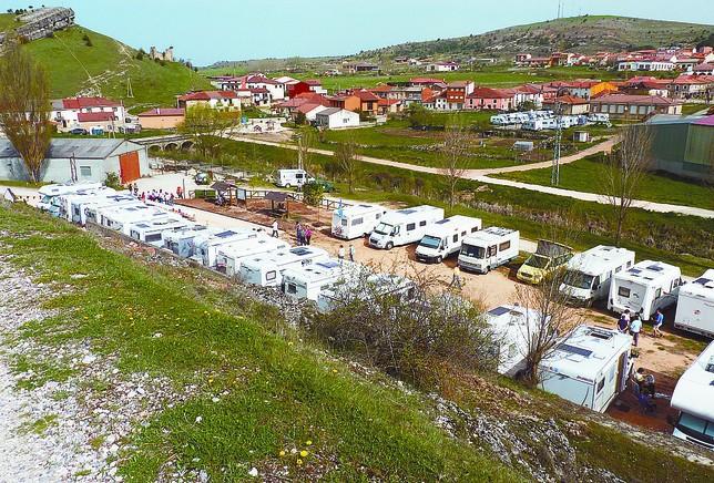 Vista general del área con un numerosísimo grupos de caravanas, que pone de manifiesto el interés por la zona. DB