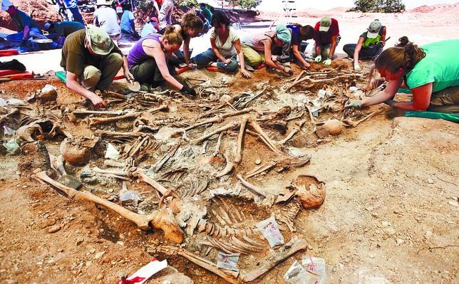 La primera fase de exhumación llevada a cabo la pasada semana en Estépar se saldó con la recuperación de 70 cuerpos. Luis López Araico