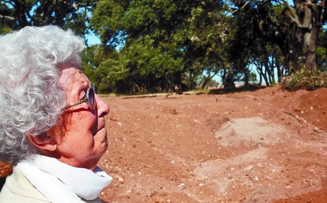 Junto a una de las fosas con la tierra removida, en un silencio telúrico y escalofriante, Nenita se emocionó recordando a los suyos. Tomás Alonso