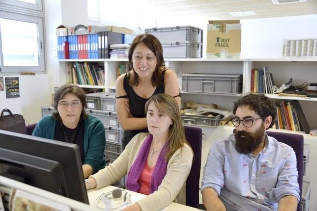 Palmira Saladié, de pie, junto a su equipo de investigadores, Isa Cáceres, Rosa Huguet y Antonio Rodríguez. Gerard Campeny / IPHES