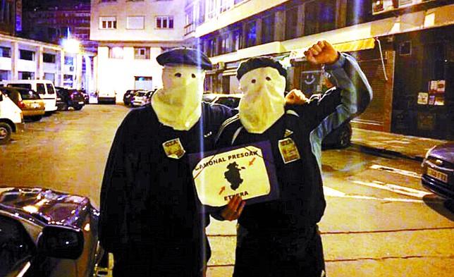 Los jóvenes, minutos antes de la llegada de los agentes.  Diario de Burgos