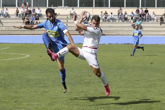 Noel (izquierda) disputa un balón con un jugador local /Rubén Serrallé