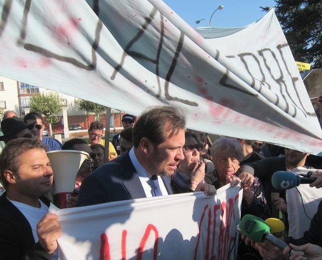 El alcalde se puso detrás de las pancartas reivindicativas. Europa Press