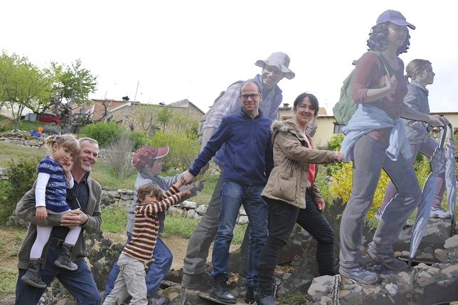 Varios senderistas caminan junto a las esculturas de Luis Zafrilla. www.jakometa.com