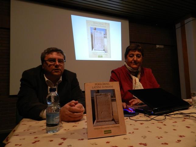 La presentación corrió a cargo de Antonio Madrigal, junto a la escritora. R.L.C.