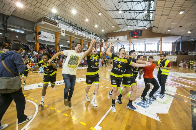 Los jugadores del Ciudad Encantada, que seguirán un año más en Asobal, celebran el triunfo ante Cangas. Reyes Martínez