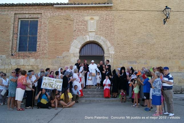 No es que el Papa Francisco haya visitado de incógnito Villoldo, pero como de ilusión también se vive, los vecinos han montado la representación de su bienvenida y adhesión al Pontífice.