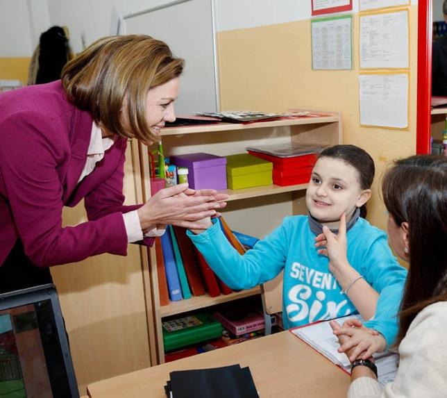 La presidenta también saludó a los alumnos del centro. Yolanda Lancha