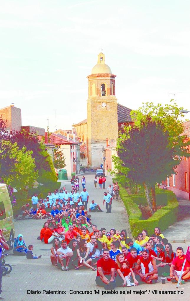 Con la llegada del verano vuelven el color, el espíritu festivo y las ganas de diversión de los vecinos de la localidad, sobre todo los más jóvenes. Aquí posan con la torre del templo como fondo.