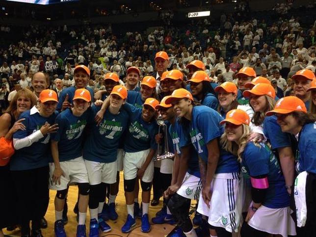 Anna Cruz, segunda de la izquierda con gorra, celebra el éxito junto a sus compañeras. @minnesotalynx
