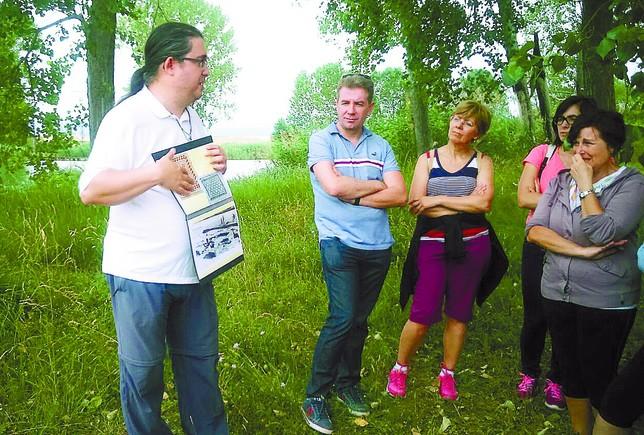 Rafa Varón explica a una veintena de mirandeses el tesoro arqueológico que se esconde bajo tierra.  Diario de Burgos
