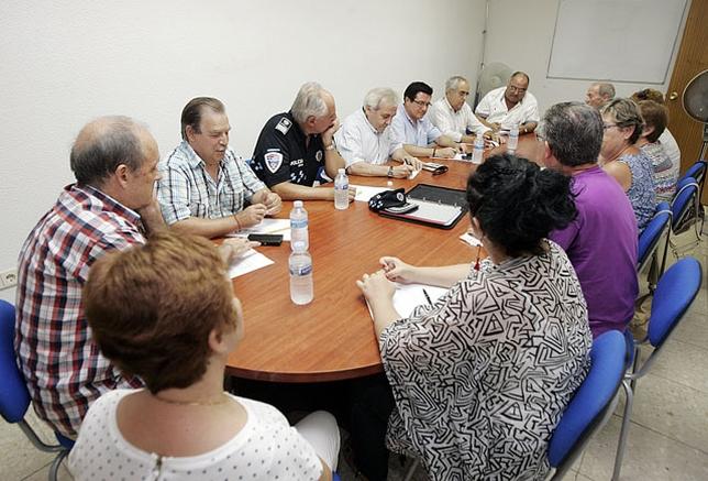 El concejal de Movilidad, el de Urbanismo y el intendente de la Policía Local, en el encuentro con los vecinos. / David Pérez