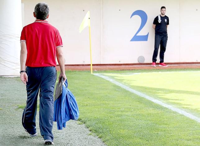 Alberto Parras se marcha a vestuarios momentos antes de que finalizara el partido contra el Albacete B. /  rubén serrallé
