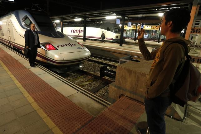Primeros usuarios de la línea en la Estación de León. Ical