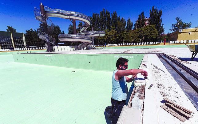Realizan peque os arreglos para abrir las piscinas la for Piscinas el plantio burgos