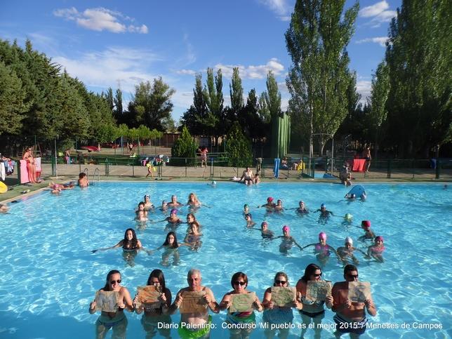 La piscina de Meneses cumple este 2015 los 50 años de su inauguración. Por eso los vecinos se han hecho la foto en el agua y han formado un 5 y un 0, además de recordar el nombre del pueblo.