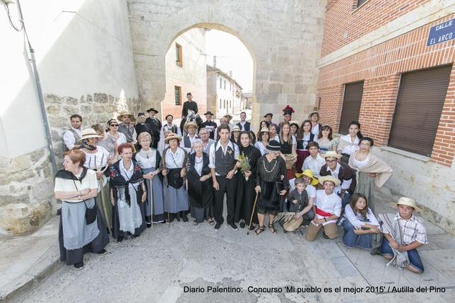 La imagen representa una boda campesina, con sus atavíos tradicionales de gala, los novios, los padrinos, los invitados y el clero. Un evento participativo y cargado de memoria colectiva.