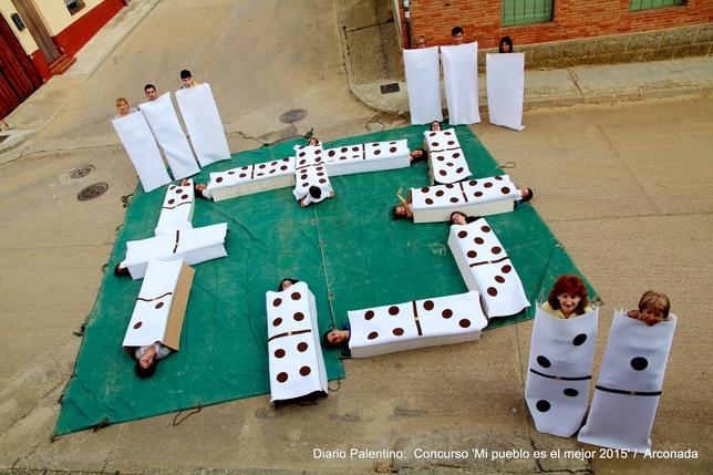 ARCONADA: Arconada mueve ficha: En nuestro pueblo se pueden hacer muchas cosas divertidas... incluso jugar una partida de dominó en plena calle con fichas HUMANAS