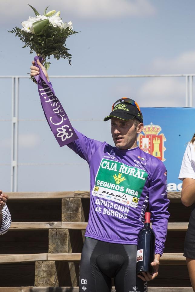 Carlos Barbero, en lo alto del podio de la Ciudad Romana de Clunia, donde venció y se puso líder de la Vuelta a Burgos. Valdivielso