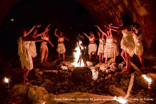 QUINTANA DEL PUENTE: Las brujas blancas en Quintana del Puente buscan en la noche el conocimiento y la sabiduría a través de la magia del fuego para el beneficio de todo el pueblo. FOTO: ISA SAIZ