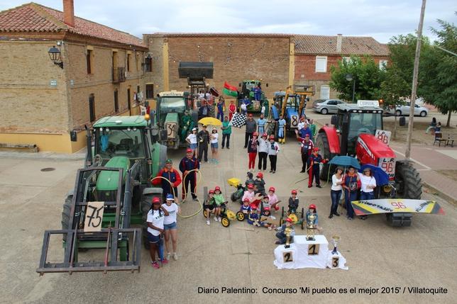 VILLATOQUITE: El corro de la villa de Villatoquite se ha convertido en la parrilla de salida de la primera fórmula agrícola de la zona. Los mecánicos preparan los vehículos en boxes, las azafatas dan la salida, los pilotos ya están preparados
