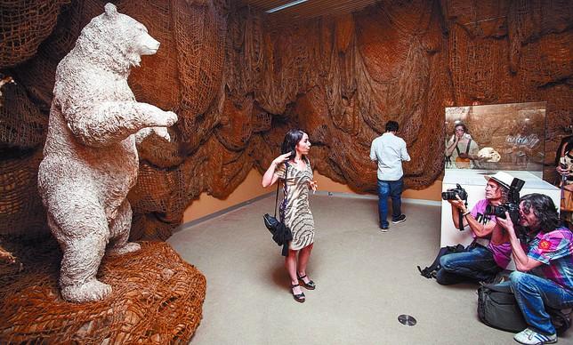 Es imponente la escultura de un ejemplar de 'Ursus deningeri' que puede verse en la muestra. Valdivielso