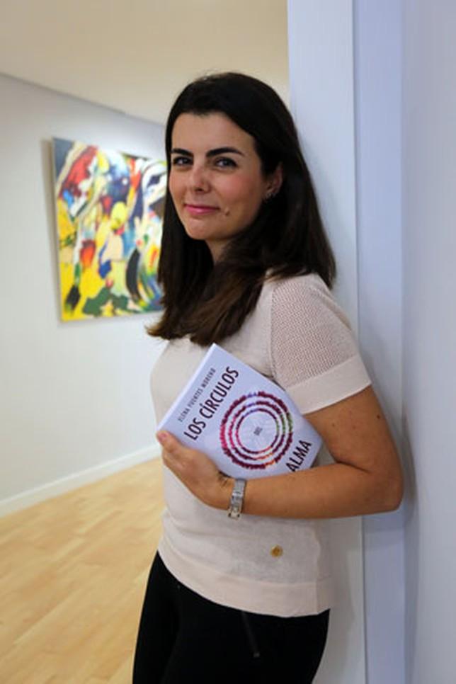 Elena Fuentes pose con un ejemplar de su novela. A. Pérez
