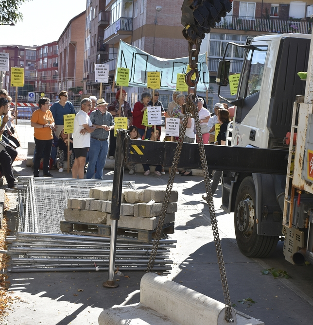 La concentración de vecinos evitó el inicio de las obras. El Día