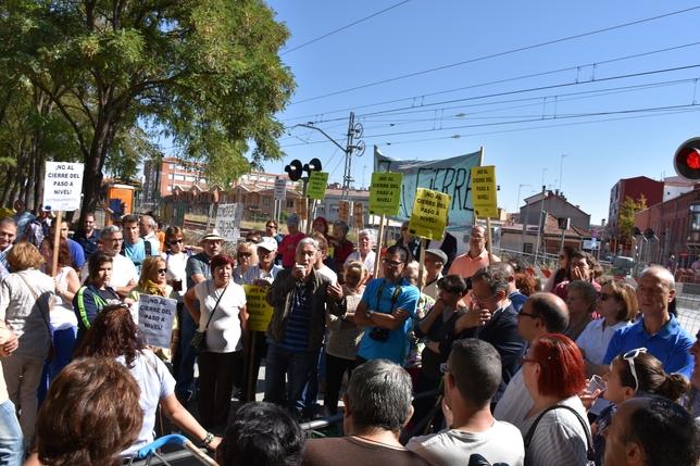 Una persona se dirige a los vecinos ante la presencia de los concejales Manuel Saravia y Luis Vélez. El Día
