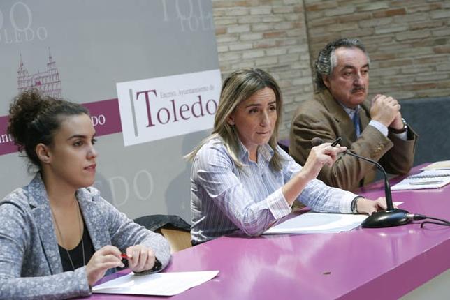 Milagros Tolón, que estuvo acompañada por Inés Sandoval y Juan Carlos Fernández, celebra la recuperación de los talleres que negó la Junta la legislatura pasada. / V.B. Víctor Ballesteros