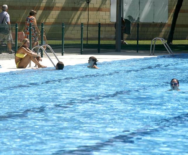 La piscina municipal del polideportivo rey juan carlos for Piscina polideportivo