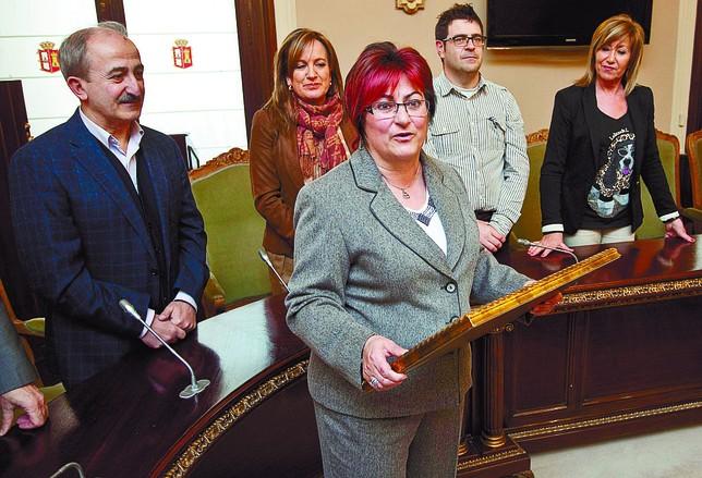 La alcaldesa del Valle de Manzanedo, María Carmen Saiz, en primer plano. Luis López Araico