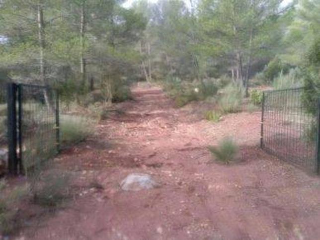 La valla que pasa por la senda del GR-66 se encuentra abierta. Ayto. de La Pesquera