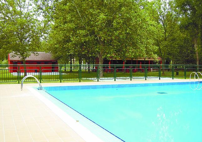 Las piscinas municipales mejoran ampliando la superficie for Piscinas ubierna burgos