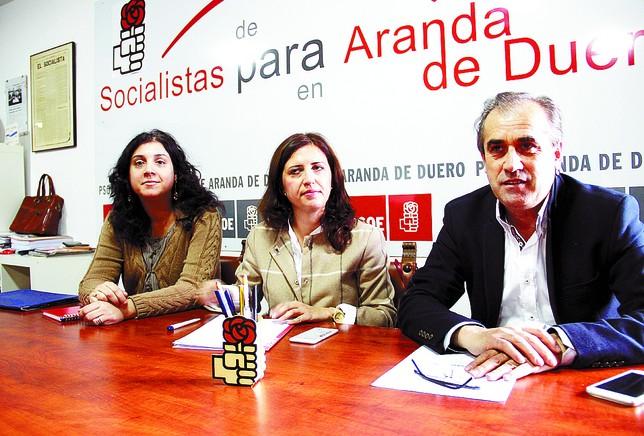 Mar Alcalde, Esther Peña y Luis Briones dieron a conocer las enmiendas que afectan a la comarca.  S.R.