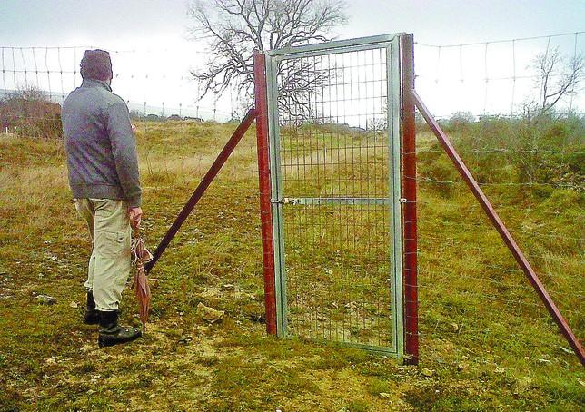 El vallado de la finca de Fuentehumorera S.L. impide el paso a caminos públicos. DB