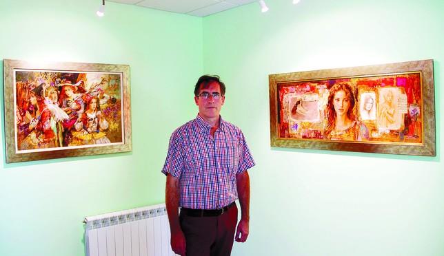 Goyo Domínguez posa ante dos de sus obras, entre ellas un collage, que es lo último en lo que está trabajando para una galería holandesa. DB