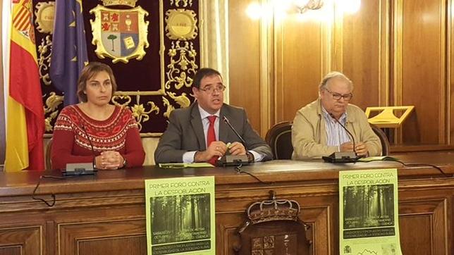De izquierda a derecha, Silvestre, Prieto y Fuentes. diputación