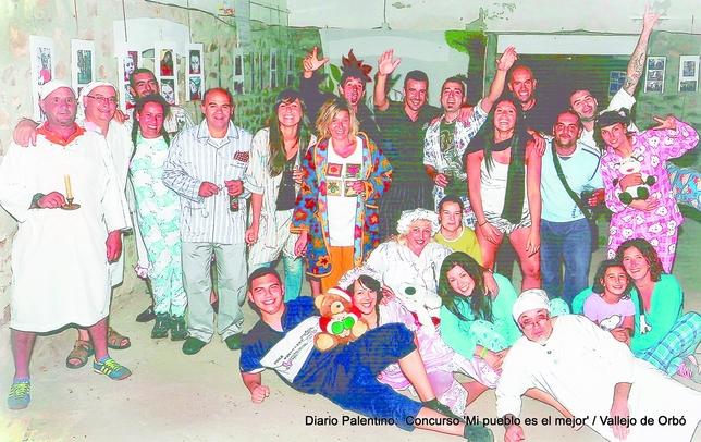La imagen recoge un momento de la divertida Fiesta de Pijamas que vivieron los vecinos en la 'Casa del Pueblo' de Vallejo de Orbó.