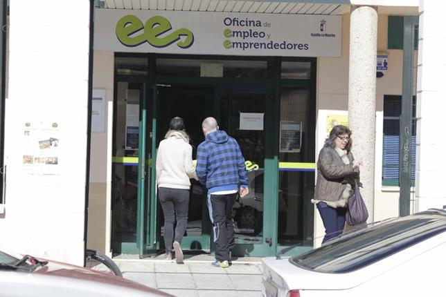 El paro baja en 2015 en personas en la provincia for Oficina del paro murcia