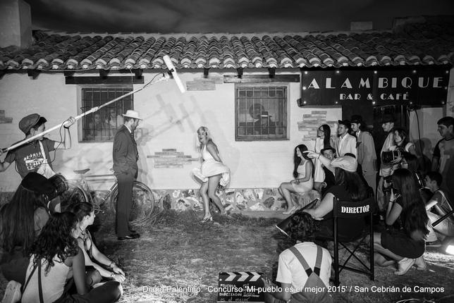 Marilyn visita las bodegas recordando la tradición de los alambiques que hubo en el pueblo. También es un guiño a las bodegas, donde siempre se disfruta de compañía, conversación y buen vino. foto: Rodrigo Sacristán