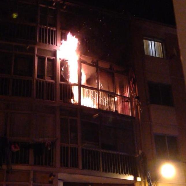 Las grandes llamas originadas en la vivienda eran visibles desde la calle. @perobienytu